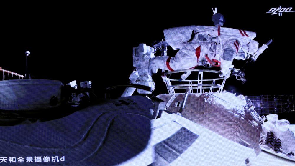 Liu Boming på vei ut av romstasjonen.