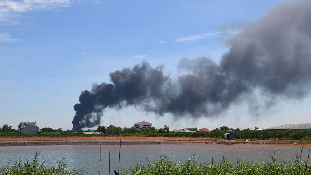 Røyk stiger til værs etter en eksplosjon på en fabrikk like ved hovedflyplassen i Bangkok.