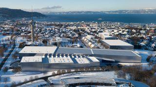 Fugleperspektiv av det nye marintekniske senteret på Tyholt med det kjente tårnet og Trondheimsfjorden i bakgrunnen.  Ocean Space Centre,