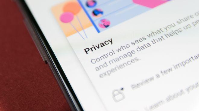 Nærbilde av en iPhoneskjerm som viser en melding der det står: Privacy, control who sees what you share and manage data that helps us.