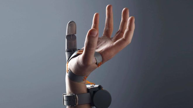 Hånd med en ekstra bionisk tommel.