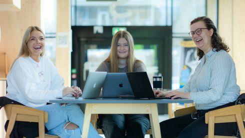 Vilde Nylund Johnsen, Karianne Kjønås og Thea Thomassen sitter rundt et bord og jobber med bacheloroppgaven.