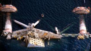 Alexander Kielland-plattfomen veltet i havet.