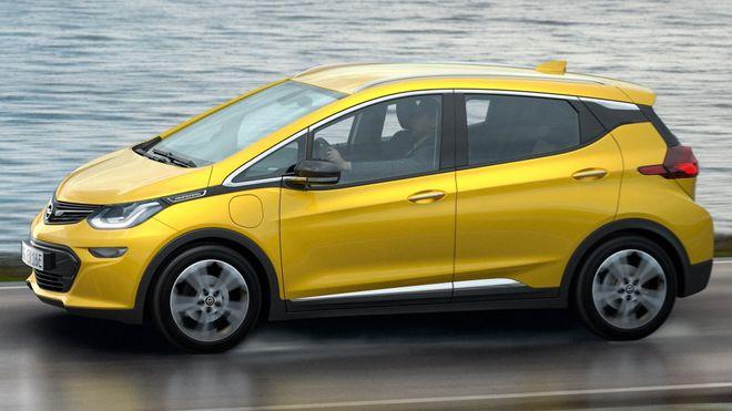 Chevrolet Bolt ble solgt i Europa som Opel Ampera-e. Modeller bygget i 2017 til 2019 bør ikke lades om natten, advarer nå Chevrolet.