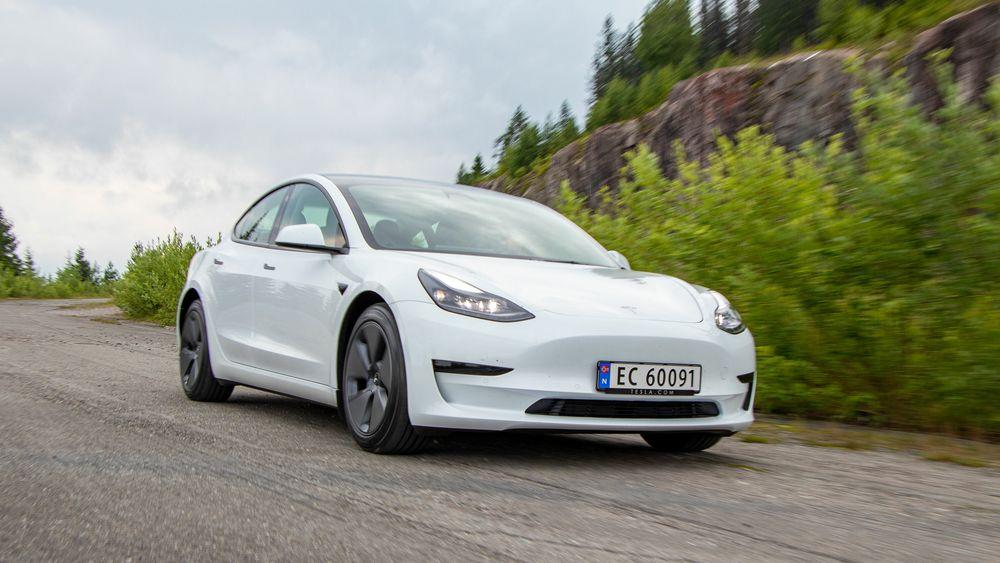 Tesla Model 3 på en høyde med Einavatnet. Tesla er blant aktørene som satser på å gjøre bilene selvkjørende.