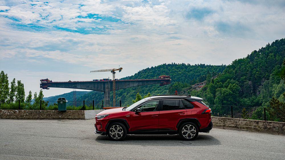 Toyota RAV4 gir 75 km WLTP-rekkevidde med batteriet og nesten 800 kilometer ved hjelp av bensinmotoren. Her står bilen ved Trysfjorden, hvor det bygges ny bro for E39.