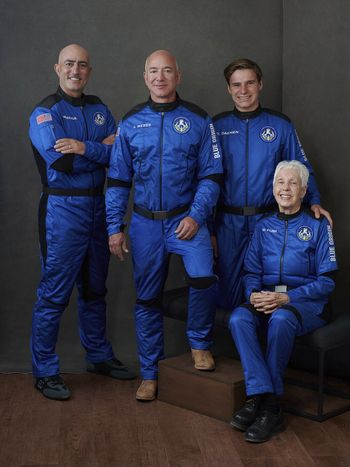 Mannskapet: fra venstre Mark Bezos, Jeff Bezos, Oliver Daemen og Wally Funk. Foto: AP / NTB