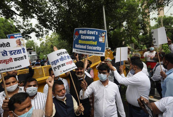 Det brøt ut demonstrasjoner i India da det mandag ble kjent at spionprogrammet Pegasus brukes til å overvåke opposisjon, journalister og aktivister.