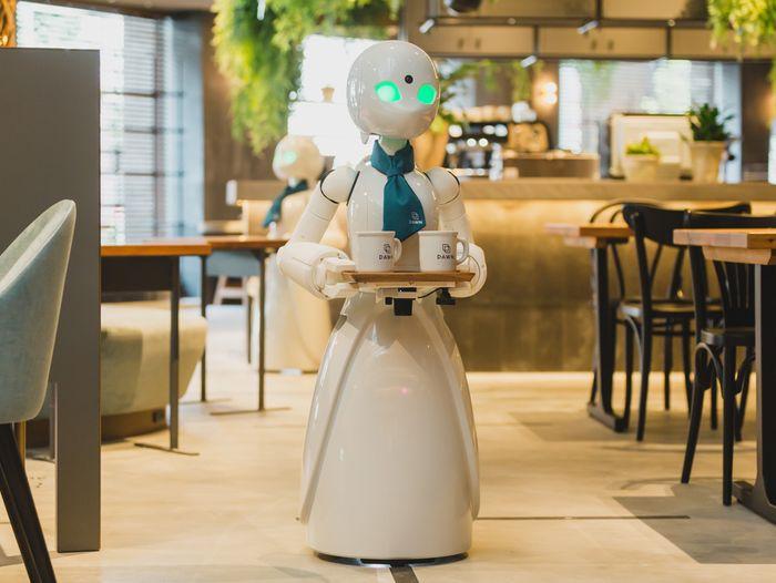 Alter-ego robot OriHime-D serverer mat til gjestene. Den fjernstyres av mennesker som av ulike grunner ikke kan forlate hjemmene sine.