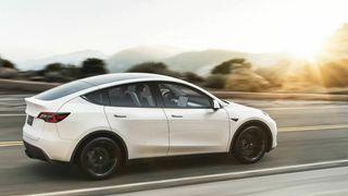 Den danske bileierforeningen FDM reagerer på at bilprodusenter som Tesla i praksis framstiller bilene som selvkjørende.