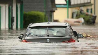 En oversvømt BMW med et falskt klistremerke der det står «Fuck you Greta!». Klistremerket er manipulert på i etterkant.