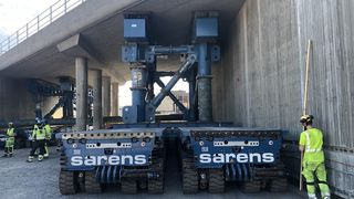 En 1600 tonn tung jernbaneundergang løftes på plass ved nye Drammen sykehus.
