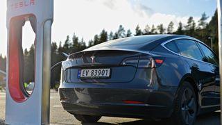 Tesla kan bli en vesentlig leverandør av strøm til den norske elbilparken – eller i alle fall den som er godt nok spekket til å ta i mot effekten Tesla tilbyr.