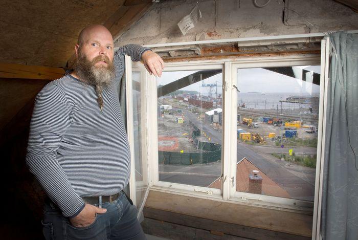 – Får vi Bane Nor og kommunen til å utrede den alternative traseen, blir besparelsen for Norge A/S enorm, sier Trond Johnsen. Han er en av de nærmeste naboene til jernbaneutbyggingen.