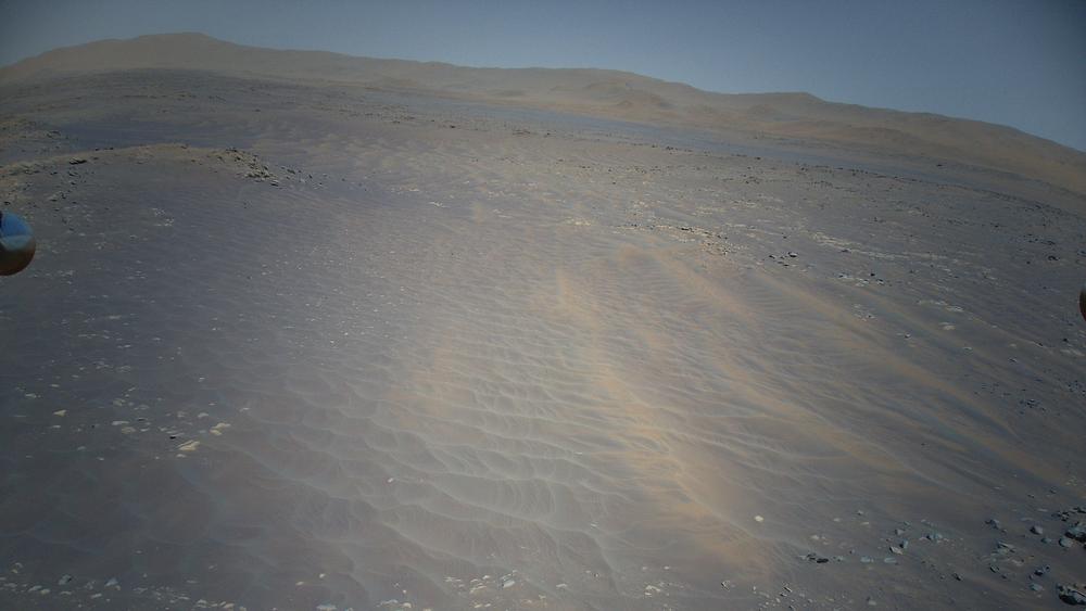 Dette bildet er tatt på den niende flyvningen, og er ikke fargekorrigert. Man kan så vidt se litt av helikopterfoten til venstre i bildet.