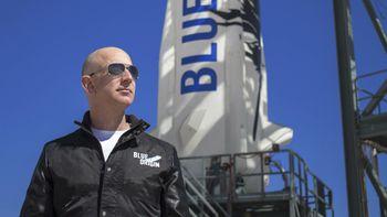 Jeff Bezos har høstet hyllest og krass kritik etter turen til verdensommet denne måneden.