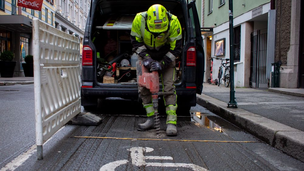 Sensorer for smart parkering installeres på en av Oslos HC-parkeringsplasser.