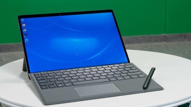 Laptop med penn liggende på tastaturet