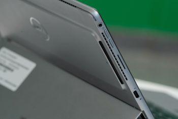 Side av et nettbrett, med hodetelefonplugg, volumknapper høytalerhull, og USB-C port