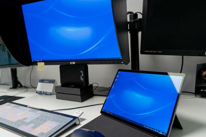 Kontorpult, med nettbrett, ekstern skjerm og tastatur