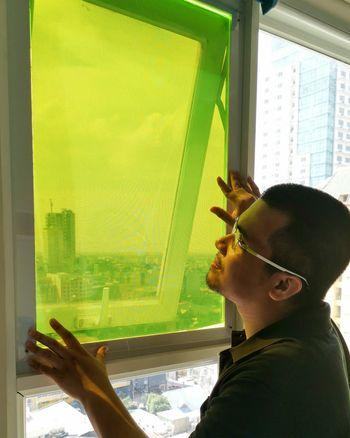 Oppfinneren Carvey Ehren Maigue foran prototypen han har i leiligheten.
