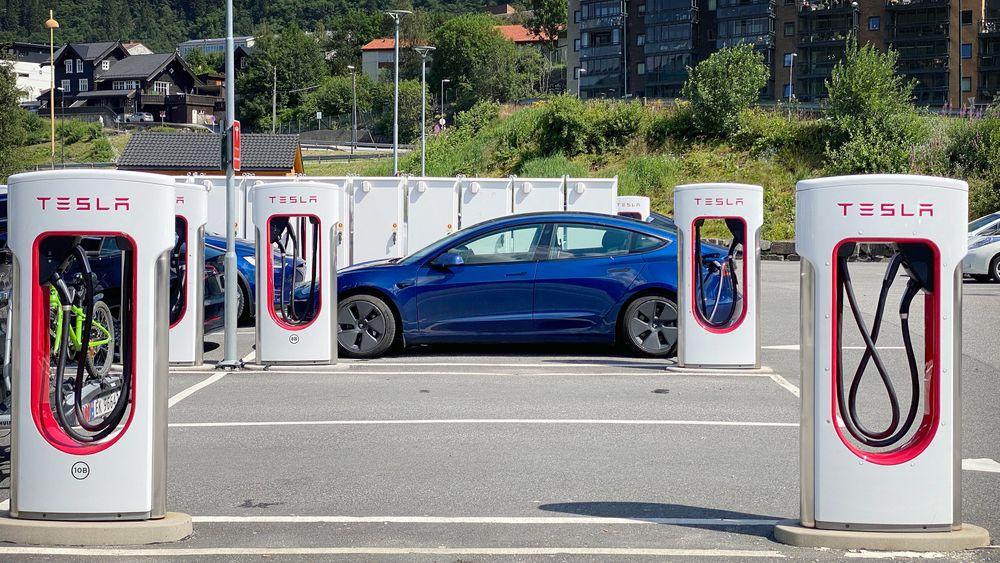 Snart åpner Tesla for andre bilmerker på ladestasjonene sine. Her fra Indre Arna i sommer.