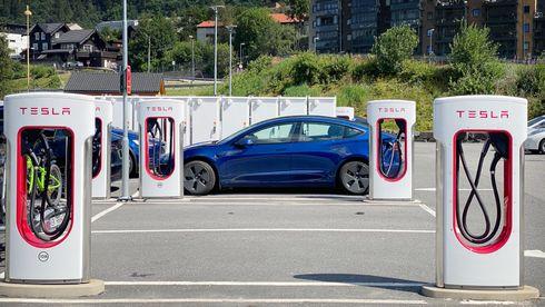 Slik skal Tesla gjøre superladerne tilgjengelig for alle elbiler