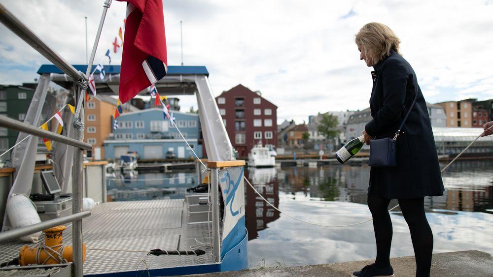 Ingrid Schjølberg døper den autonome minifergen milliAmpere ved kanalen i Trondheim.