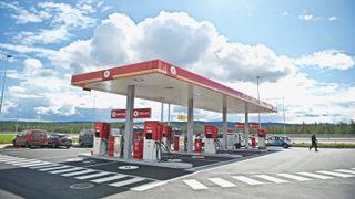 Lynlading med kortreist solenergi hos Circle K Kongsbergporten. Er det slik fremtidens bensinstasjon ser ut?