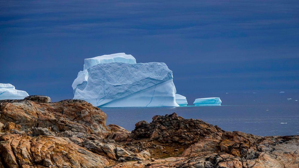 De siste dagene har det smeltet svært mye is på Grønland. Her ses et drivende isfjell i Sermilikfjorden på Øst-Grønland i 2018.