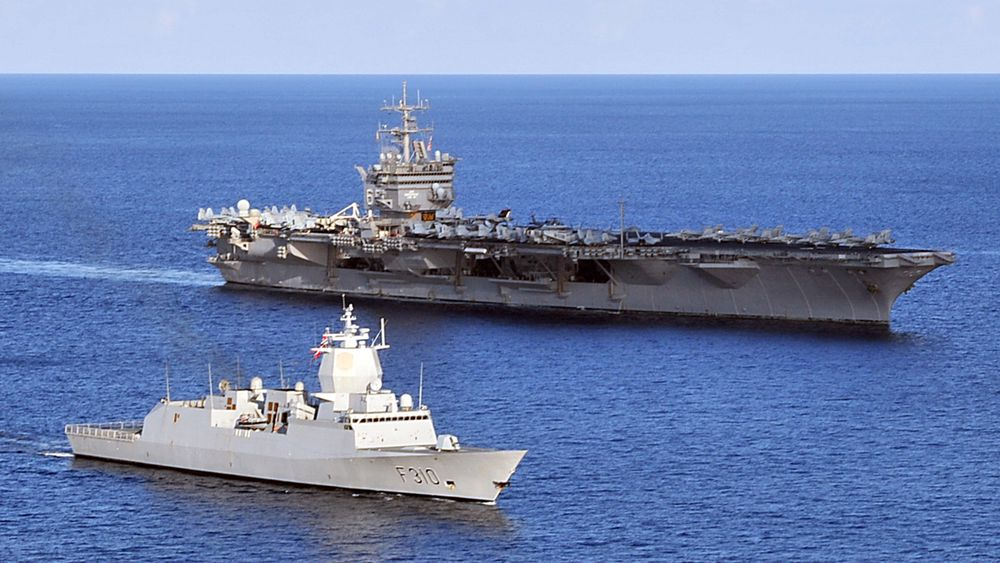 KNM Fridtjof Nansen sammen med hangarskipet USS Enterprise under Comptuex i oktober 2010. Elleve år etter skal fregatten igjen delta i en slik forberedende øvelse.