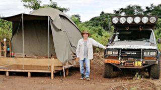 Truls Abrahamsen viser hvordan han bor mens han er på feltarbeid i Kamerun.