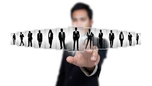 Man ser på kort med mange mulige lederkandidater.