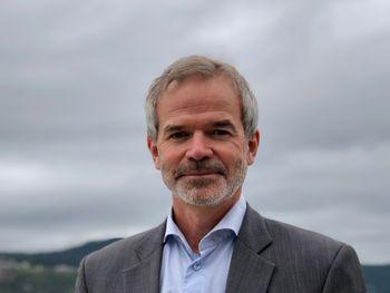 Christian Hauglie-Hanssen, administrerende direktør ved Norsk Romsenter, mener det ikke er ønskelig å flytte all industri til rommet.