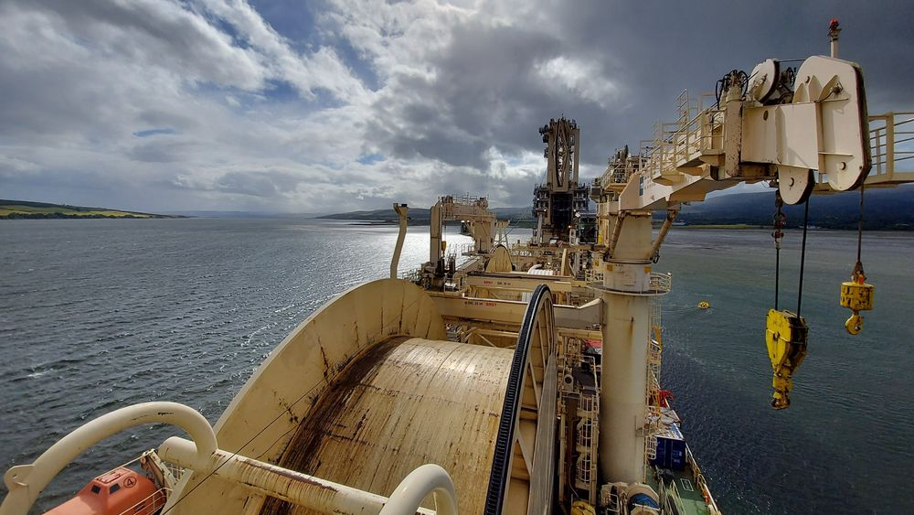 Neptune Energy og TechnipFMC har fullført installasjonen avverdens lengste oppvarmede produksjonsrør, kalt electrically trace-heated pipe-in-pipe solution (ETH), på Felja-feltet i Norskehavet. Her fra selve installasjonen.