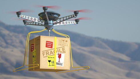 Drone som kommer flyvende med pakke.
