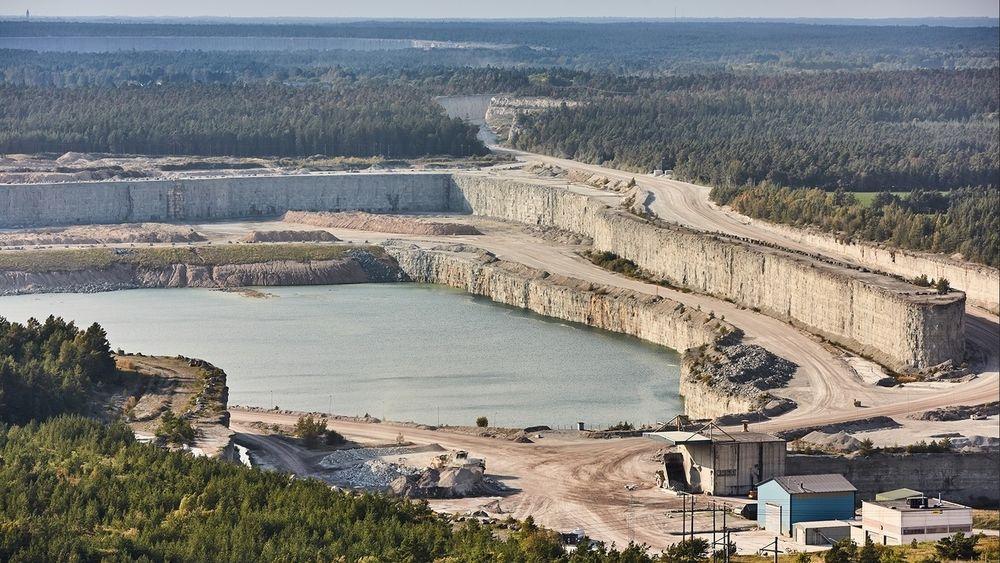 Cementas kalksteinbrudd i Slite på Gotland må stenge, har svensk domstol besluttet. Det kan strupe tre fjerdedeler av svensk sementproduksjon.
