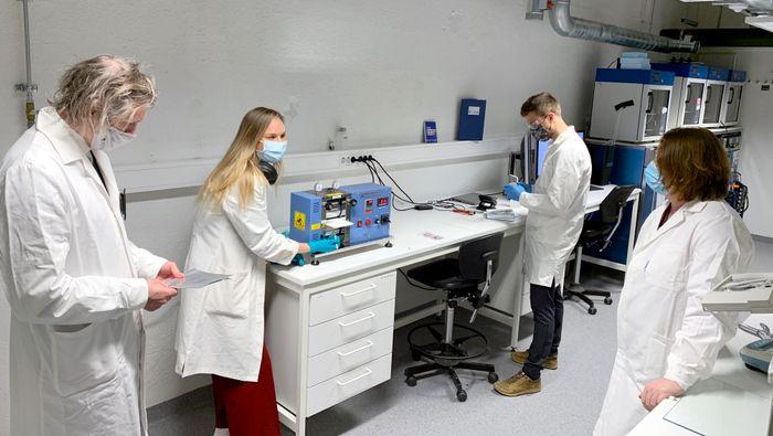 Professor Odne Stokke Burheim og Silje Nornes Bryntesen, stipendiat, demonstrerer utstyr i det nye batterilaboratoriet ved NTNU.