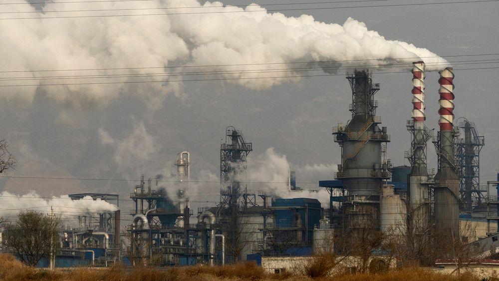 Røyk og damp fra et anlegg som prosesserer kull i Hejin i Shanxi-provinsen i Kina.