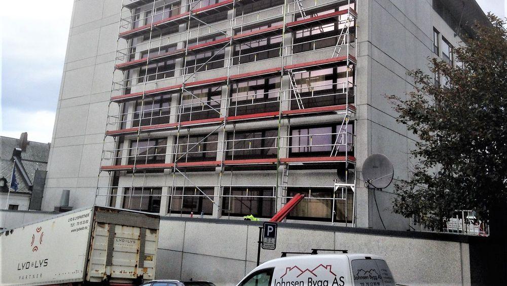 Den samme firmalogoen har vært brukt av tre forskjellige selskaper. Som her under oppussingen av fasaden til et hotell i Ålesund.
