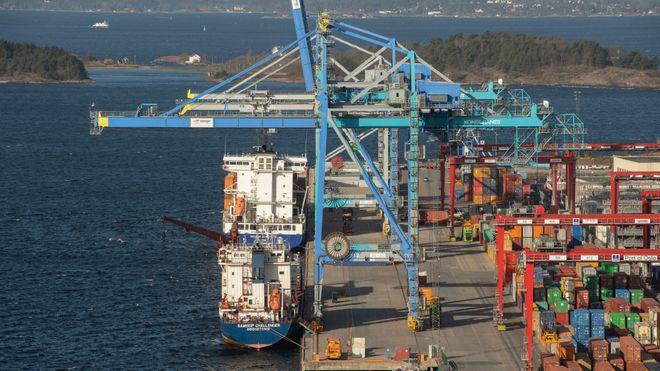 Sjursøya containerterminal sett fra fra Bekkelagsskrenten. Det er bare en meter fra kranas bane til kaikant og dermed lite plass for landstrømtrommel.