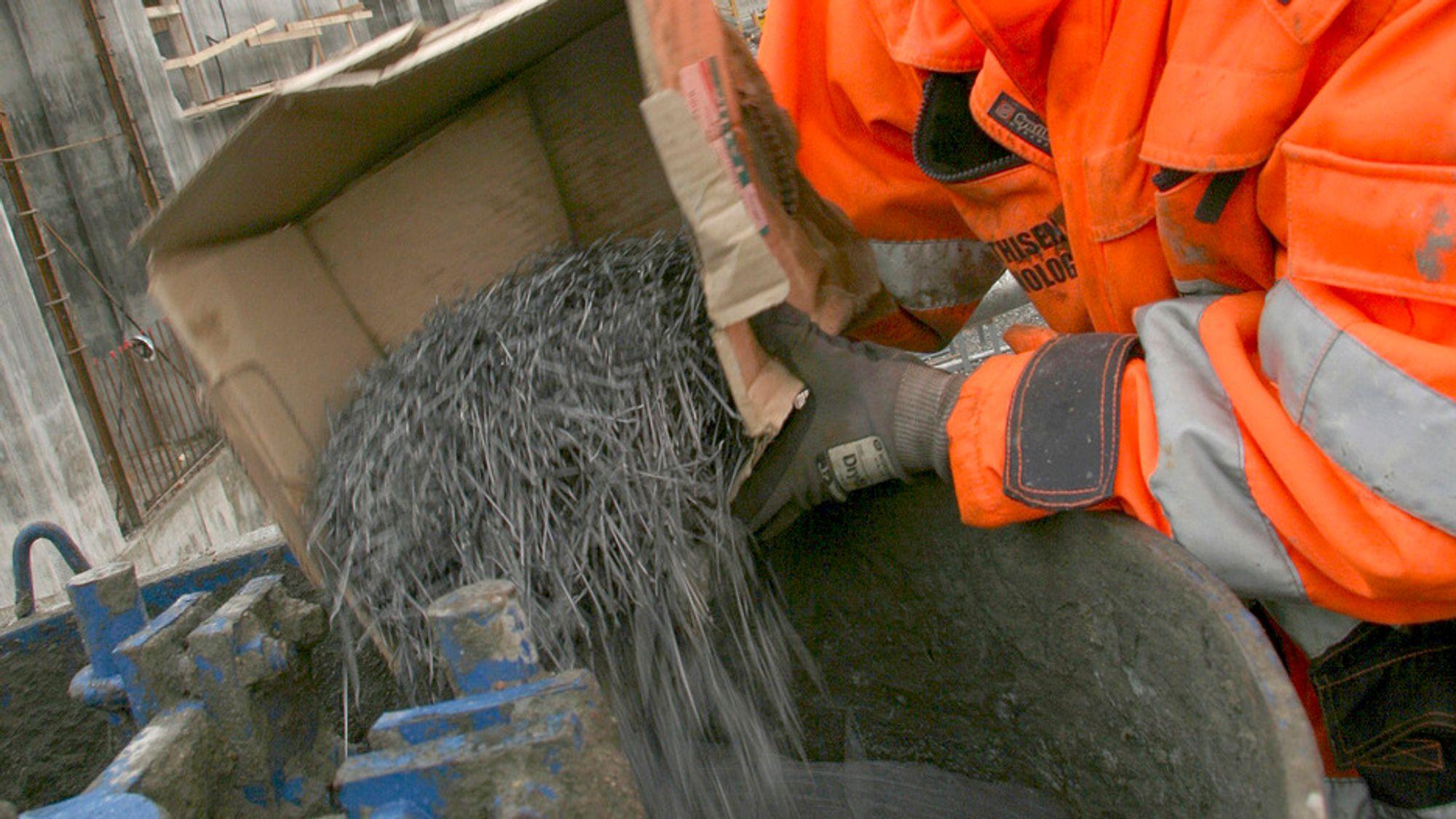 Fiber helles i betongblanderen til et prøvestøp. Bildet er fra et prosjekt der Veidekke ønsket å bruke fiber i bærende konstruksjon, men måtte nøye seg med et prøvestøp fordi rådgivende ingeniør ikke våget å ta spranget. Dette skjedde i 2008, nå blir det lettere å bruke fiber.