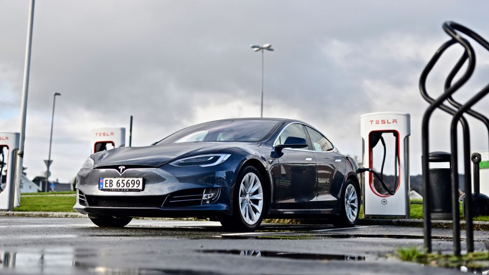 Tesla Model S lader ved Tesla Lyngdal Supercharger.