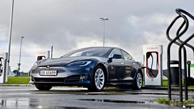Tesla Model lader ved Tesla Lyngdal Supercharger.
