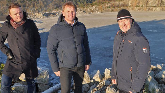 Prosjektleder Staalesen, i midten, tror rekruttering av medarbeidere blir enklere når oppdrettsanlegget ligger på land, nær offentlig vei og infrastruktur. Til venstre styreleder Lars Erik Baustad og til høyre utbyggingsdirektør Sigbjørn Skjørholm.