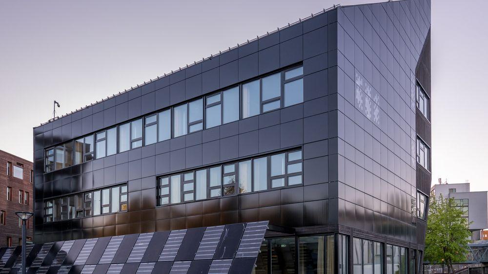 ZEB-laboratoriet i Trondheim brukes til å forske på bygg med null utslipp av klimagasser. Store deler av bygget er dekket av integrerte solceller. Alt i alt skal bygget produsere 150.000 kWh strøm i året.