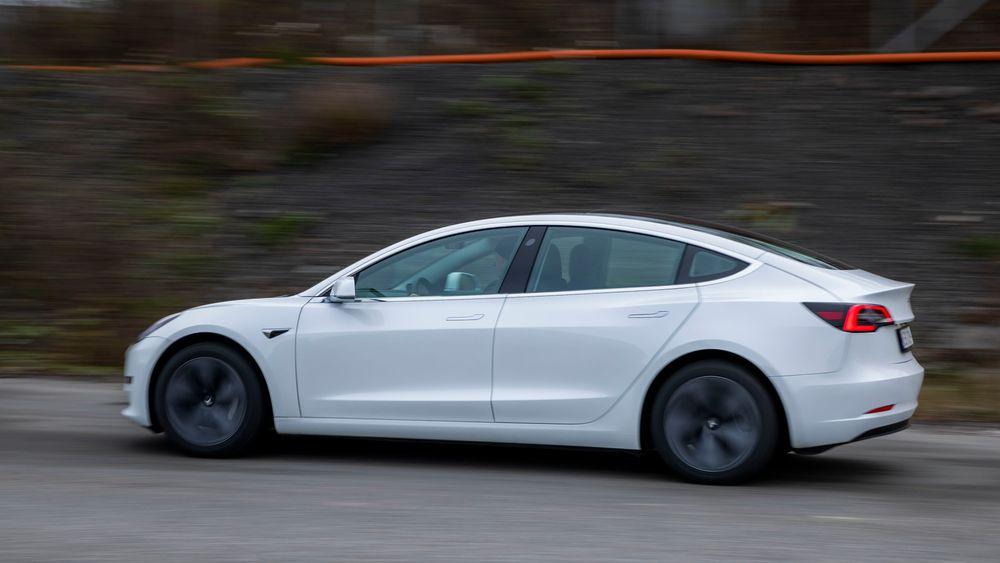 Amerikanske trafikksikkerhetsmyndigheter sier Teslas autopilot sliter med å oppdage utrykningskjøretøyer i veikanten.