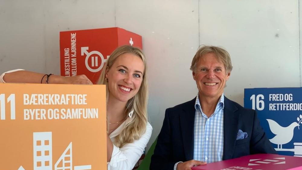 – Jeg går for at vi skal være best i Norge, sier Gina Marie Qvale, kommunikasjonsansvarlig for Rambølls bærekraftteam. Her omkranset av FNs bærekraftsmål, med administrerende direktør Ole Petter Thunes.