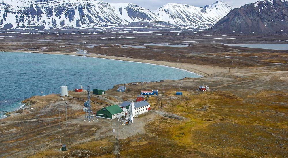 Isfjord radio er en gammel radiostasjon ytterst i Isfjorden på Svalbard, på Kapp Linné. Stasjonen er i dag fjernstyrt fra Longyearbyen/Svea, og byggene er omgjort til hotell. Stasjonen får strøm fra en dieseldrivet generator.