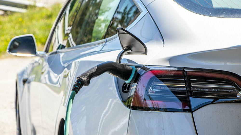 Ingen selger flere ladbare biler enn Tesla, uansett om man ser på rene elbiler eller ladbare hybrider.